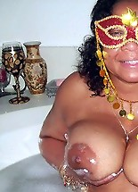 Black moms flashes mature body